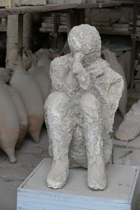 Moulage d'un corps sur le site de Pompéi.
