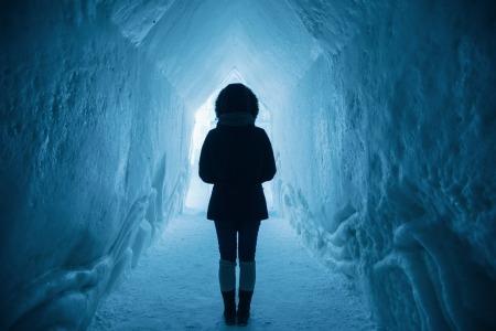 Photographie d'une personne dans une grotte