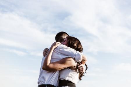 Embrassade sur fond de ciel. Crédit Priscilla Du Preez.