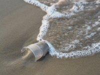 Source: https://pixabay.com/fr/photos/l-eau-mer-sable-plastique-3569659/