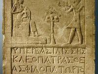 Stèle représentant Cléopâtre et Isis