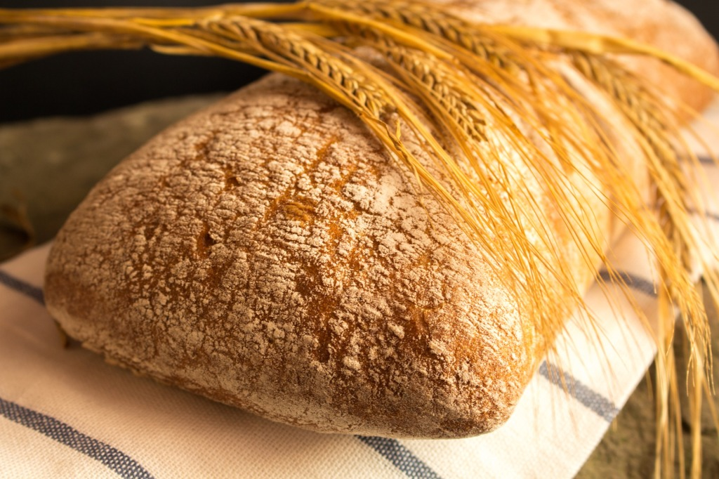 Miche de pain et épis de blé. Par Przemyslaw Trojan / https://pixabay.com/fr/photos/pain-aliments-manger-frais-3623490/